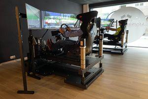 Racen in een car simulator in Waver (2 p.)