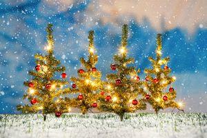 4 versierde kerstbomen tuinstekers met lichtjes (25cm)