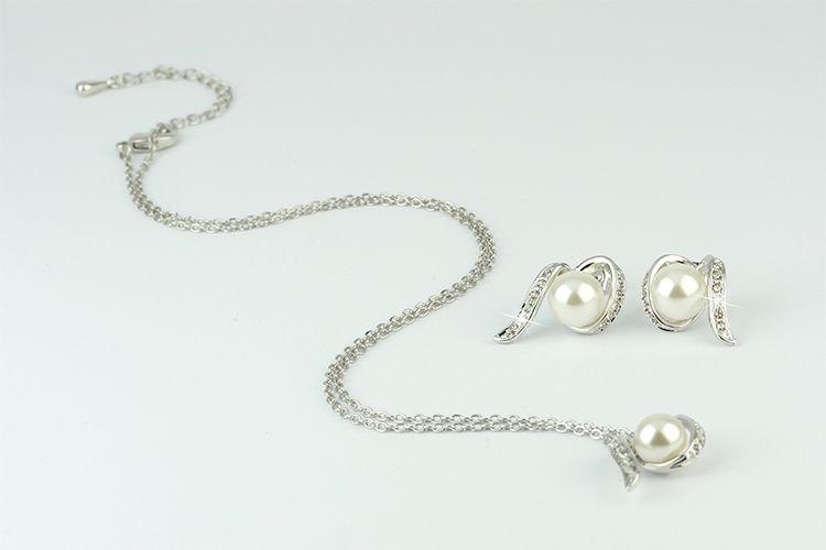 Zilveren ketting en oorbellen met parels van Di Lusso