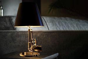 Gouden tafellamp in de vorm van een Beretta-pistool