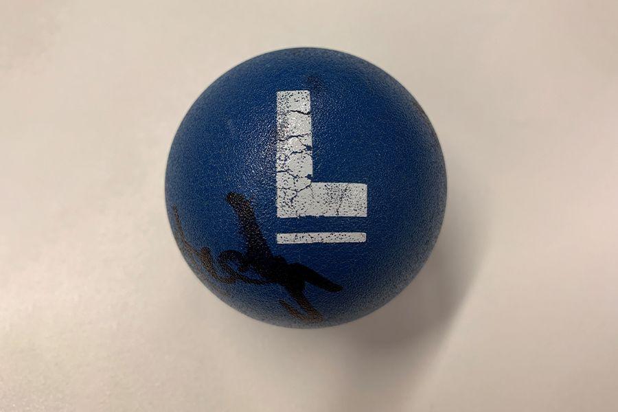 Een blauwe Lingo-bal gesigneerd door Jan Versteegh